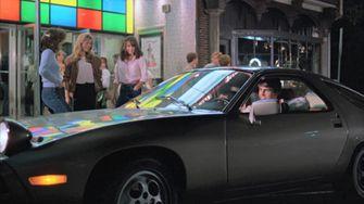 Porsche 928 waarin Tom Cruise leerde schakelen levert megabedrag op