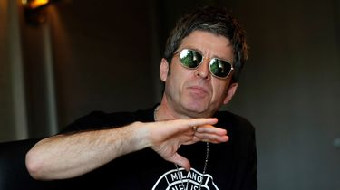 noel gallagher, viruswaanzin, mondkapje