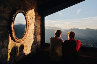 mensen staren uit raam van Airbnb