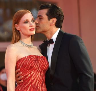 Jessica Chastain, Oscar Isaac, Scenes from a Marriage, sexy rode loper looks, filmfestival van venetië