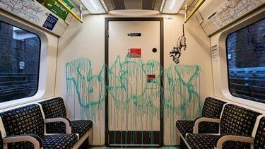 Banksy, rijdende metro, kunstwerk, mondkapjes, openbaar vervoer, video