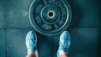 workout met halterschijf, thuis trainen, weight plate