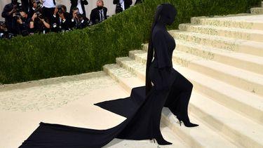 kim kardashian, batman, met gala 2021, photoshop, cape, rode loper