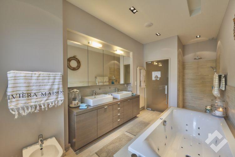 De grootste badkamer van het apartement.