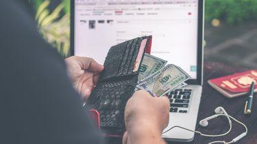 persoon die geld vanuit thuis kan verdienen, beleggingsrisico's
