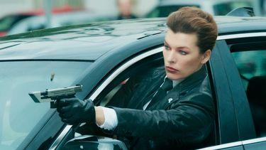 Milla Jovovich is koningin van de absurde actie in The Rookies