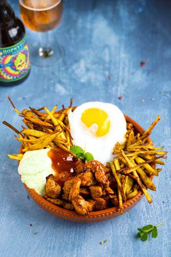 Toprecept: loaded fries met kip, mangochutney en muntmayo
