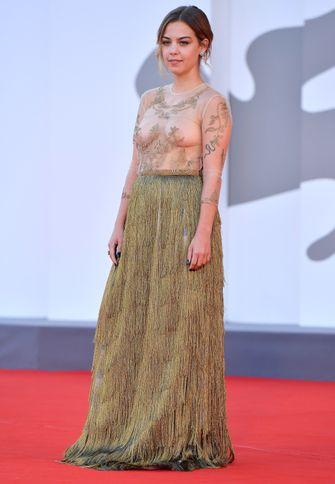 Salomé Dewaels, doorzichtige jurk, sexy, rode loper looks, filmfestival van venetië, venice film festival
