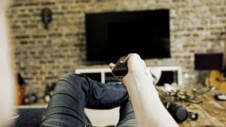 Man die naar de televisie kijkt