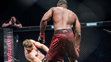 Mzwandile Hlongwa knock-out elleboogstoot