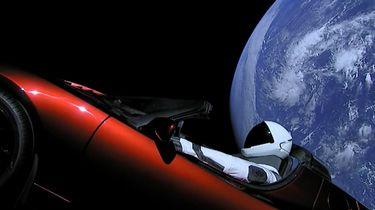 Elon Musk heeft een Tesla Roadster met een raket van SpaceX de ruimte in geschoten