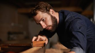 Man bewerkt hout